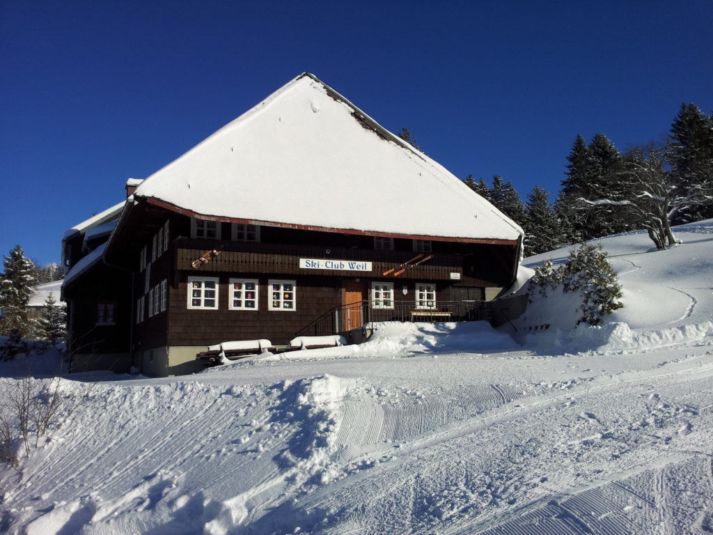 Ski-Club Hütte im Winter